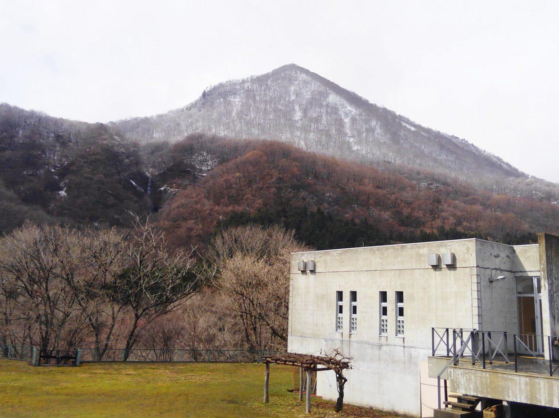 2018年4月8日(日)朝9時のビジターセンターから見た三方倉山です。