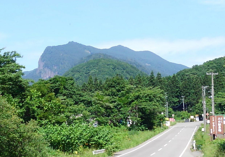 秋保ビジターセンター手前から見える「磐司岩」の横顔です。
